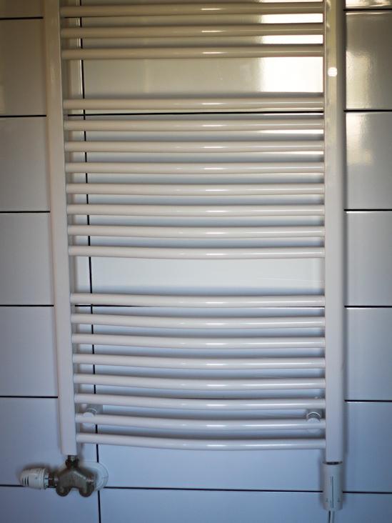 Grzejnik łazienkowy z grzałką elektryczną