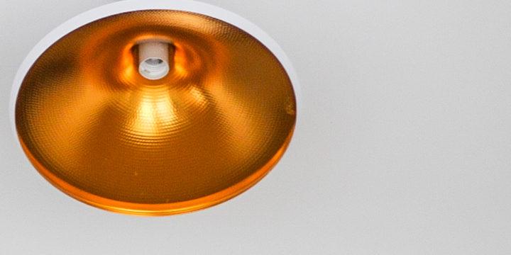 Jak zamontować lampę na suficie podwieszanym?