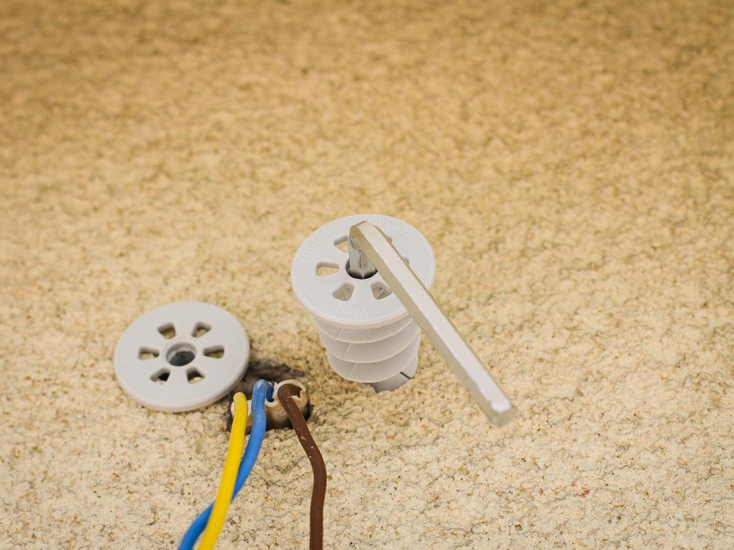 Montaż lampy na elewacji