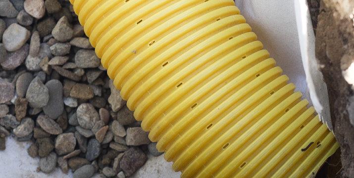 Jak odprowadzić deszczówkę z rynny? Drenaż liniowy