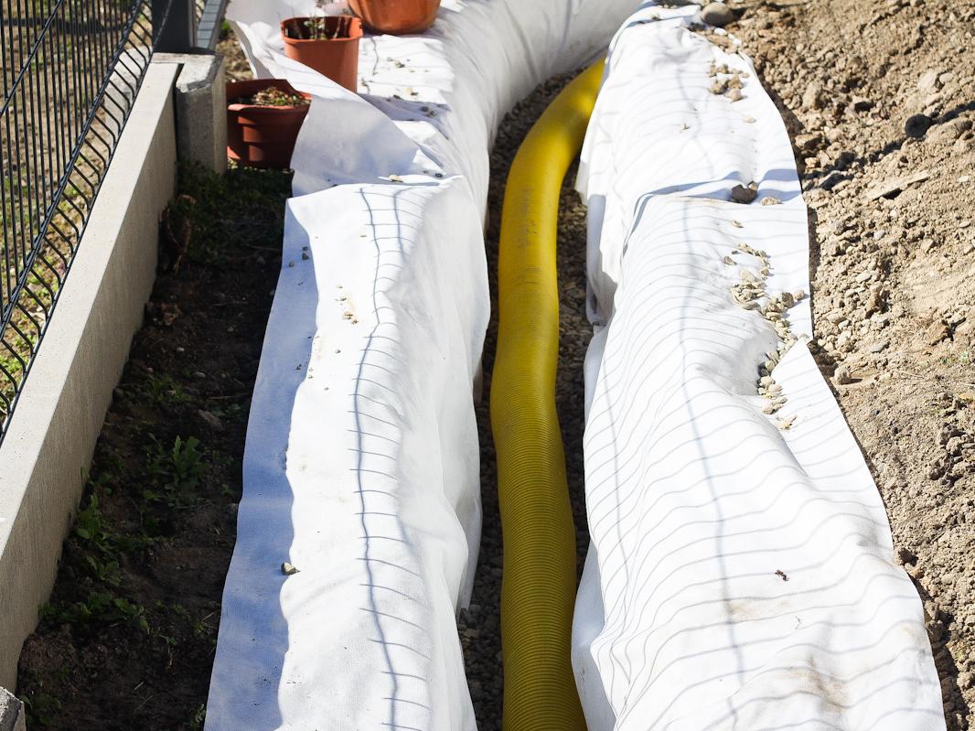 Drenaż liniowy - układanie rury w wykopie