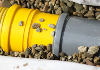 Jak połączyć rurę drenarską z rynną?